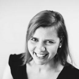 Stefanie Kneisz, umsetzungsstarke Expertin für ortsunabhängiges Online-Business, spricht darüber, wie sie ihr eigenes Business nach einer Sinnkrise neu aufgebaut hat und wie du dich mit deiner eigenen Kreativität von der Masse abheben kannst.